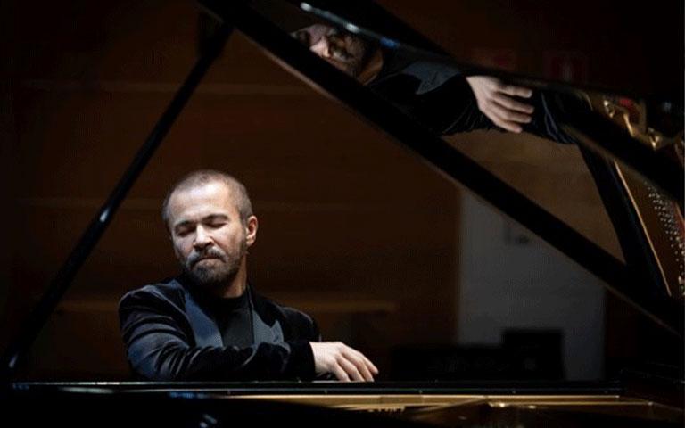 Pavel Neressian playing piano